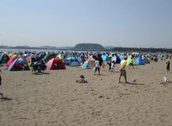 サンシェードの多い砂浜