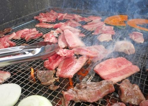 バーベキューで肉を焼く