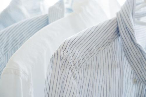 洗濯物のワイシャツ