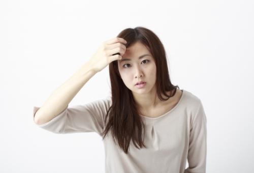 白髪を気にする女性